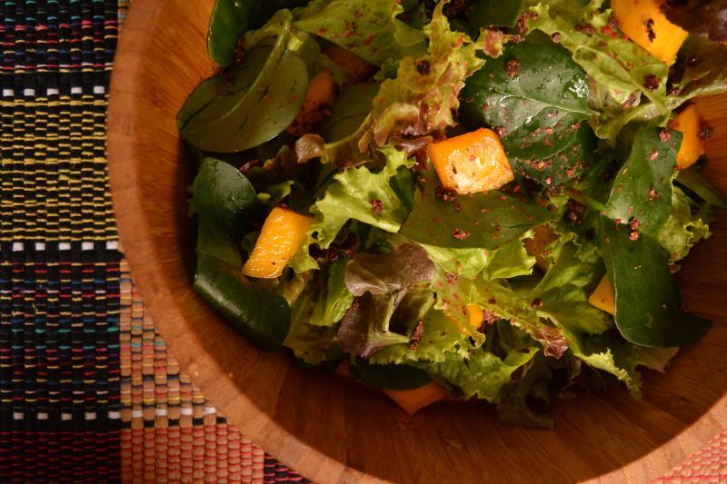 Salada de manga com balsâmico e pimenta rosa