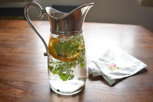 Água aromatizada com flor de agrião
