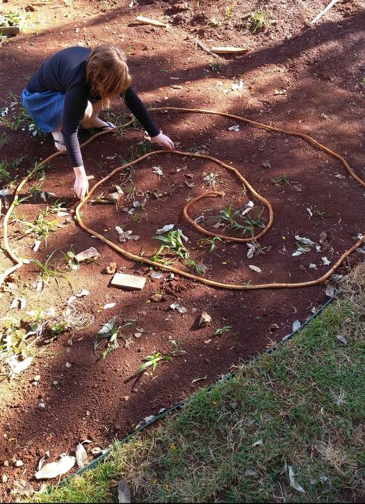 uma corda no chão fazendo o formato da espiral, e eu ajustando o tamanho de cada uma das pistas